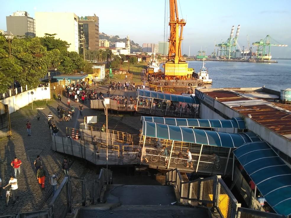 Travessia de barcas entre Santos e Guarujá tem filas constantes — Foto: Carlos Vieira/TV Tribuna