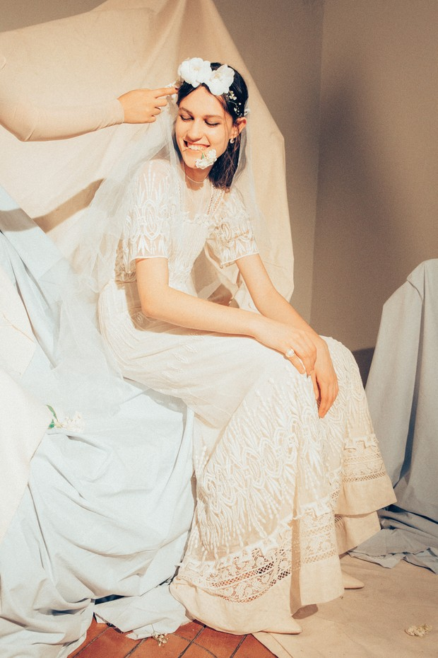vestido Burberry (r$ 10.995), coroa de flores natasha asmar, sapatos Cris Barros (r$ 1.342), anel (r$ 6.900) e brinco (r$ 8.200), ambos ara vartanian (Foto: Tauana Sofia)