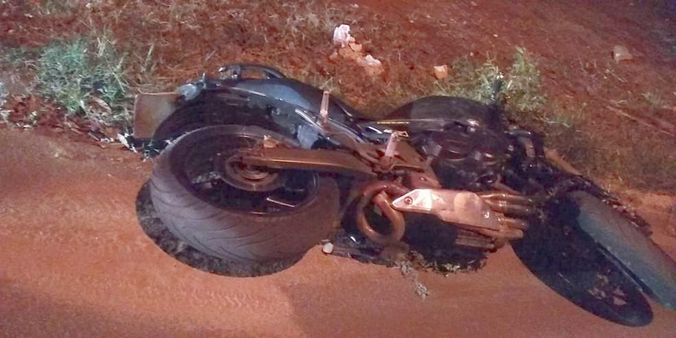 A moto que levava o casal chocou-se contra um poste no bairro Xerxes Bartelotti, em Bocaina — Foto: Arquivo pessoal