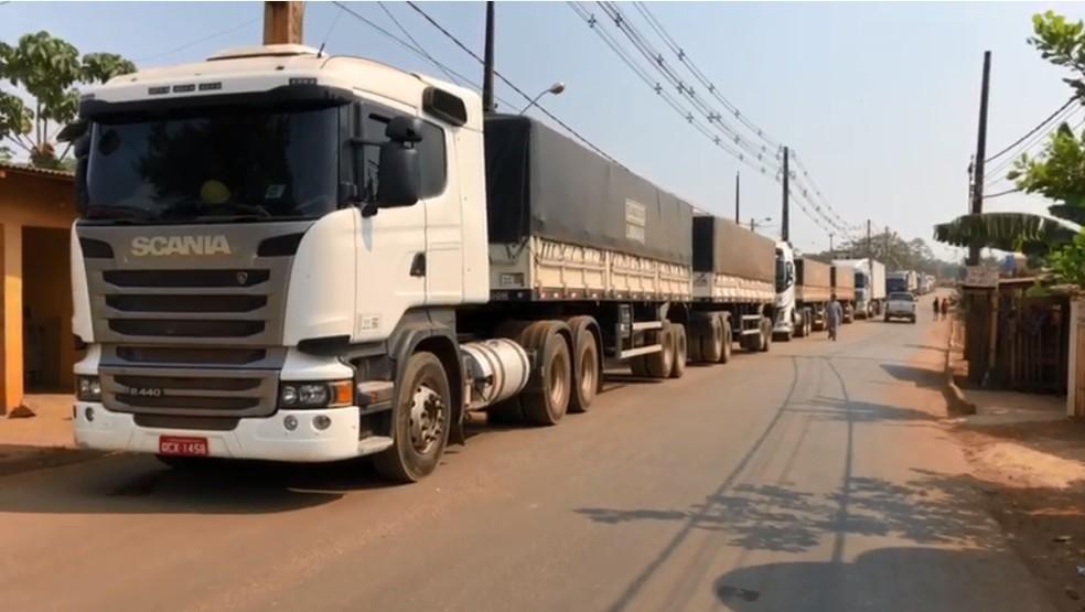Com bloqueio carretas não conseguem passar na estrada do Belmont  — Foto: Marisson Dourado/ CBN Amazônia