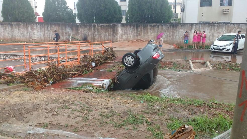 Um dos carros que caiu dentro do córrego, durante resgate feito pelo Corpo de Bombeiros (Foto: Tenente BM Eduardo/Corpo de Bombeiros)