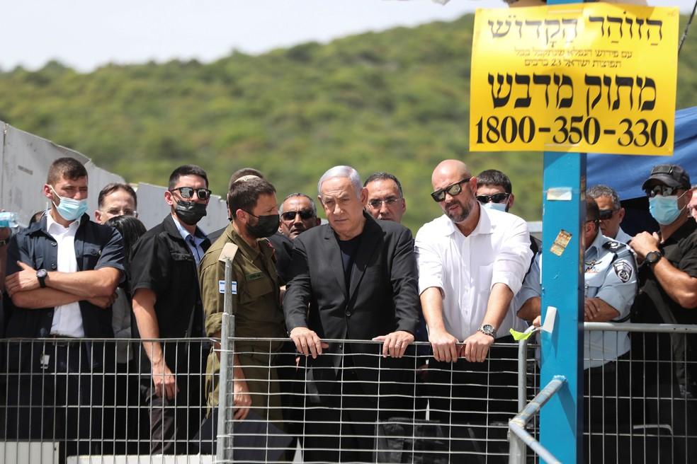 O primeiro-ministro israelense, Benjamin Netanyahu, visita o Monte Meron, no norte de Israel, após tragédia com mais de 40 mortos em evento religioso com judeus ultraortodoxos em 30 de abril de 2021  Foto: Ronen Zvulun/Reuters
