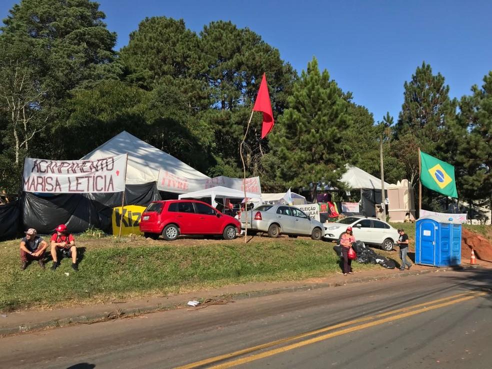 Acampamento foi alvo de tiros na madrugada de sábado (28) (Foto: Anderson Grossl/RPC)