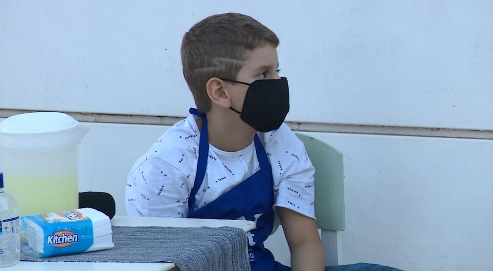 Garoto de seis anos decidiu vender sucos para ajudar hospital — Foto: Reprodução/EPTV