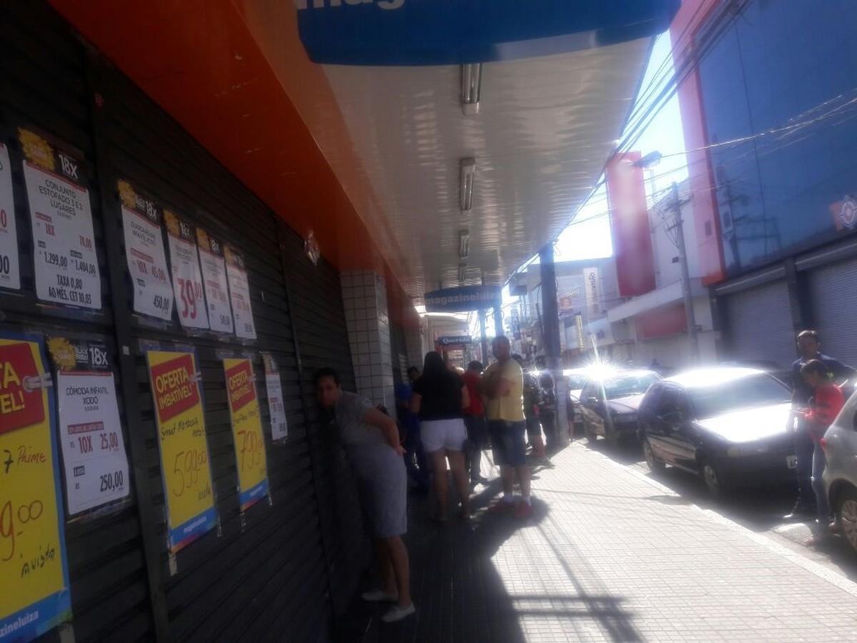 Anúncio de promoção gera confusão após clientes encontrarem loja fechada