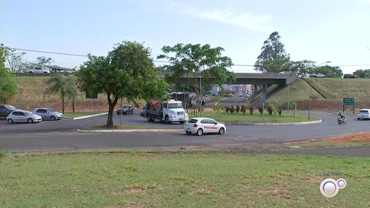 Obra em rotatória interdita trecho da avenida do aeroporto em Rio Preto