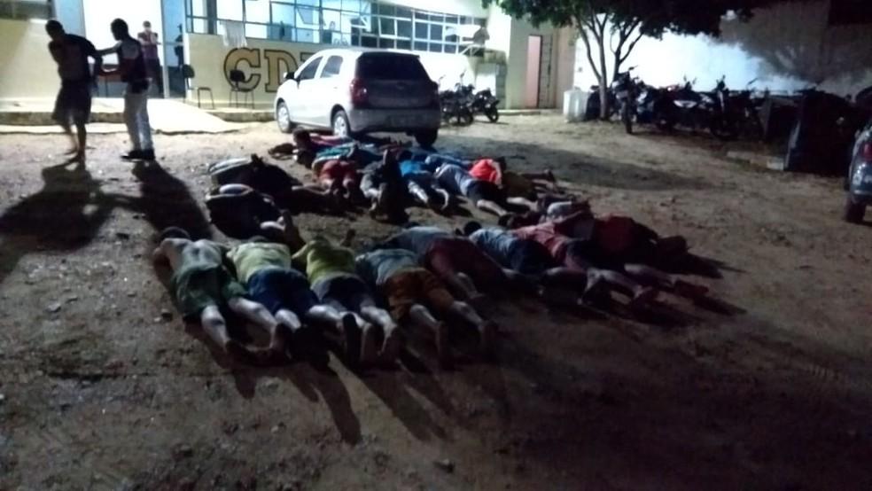 Suspeitos que estavam na festa do Sindicato do Crime do RN foram levados para a delegacia de São Pulo do Potengi (Foto: Acson Freitas/Inter TV Cabugi)