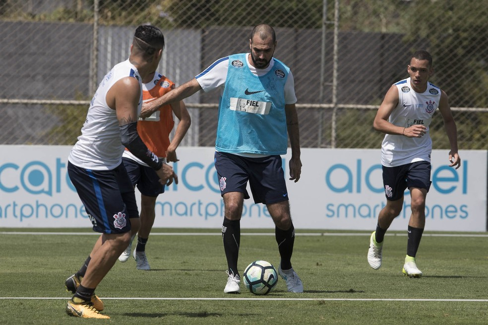Danilo participa do treino desta sexta-feira: nova tentativa de retorno (Foto: Daniel Augusto Jr/Ag. Corinthians)