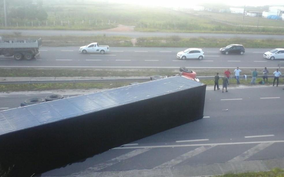Caçamba deixa os dois sentidos da rodovia interditada, nesta terça-feira (20) (Foto: Jair Santos Ribeiro da Silva/ Arquivo Pessoal)