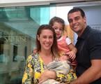 Dani Monteiro com o marido, Felipe Uchôa, e os filhos, Maria e Bento | Arquivo pessoal