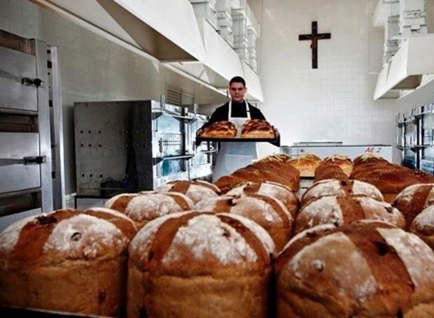 Os monges residentes preparam pães e iguarias para servir aos visitantes, uma vez ao mês (Foto: Mosteiro de São Bento/ Reprodução)