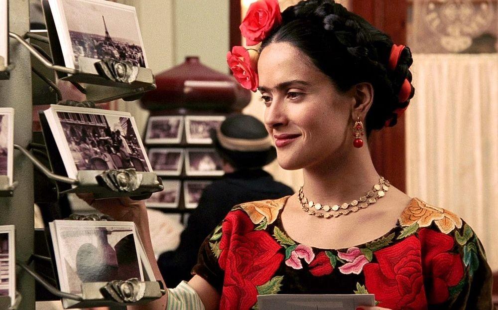 A atriz como Frida Kahlo no filme em homenagem à artista  (Foto: Divulgação)
