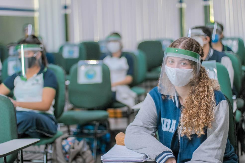 Estudantes acompanham aulas com viseiras de proteção. — Foto: Divulgação