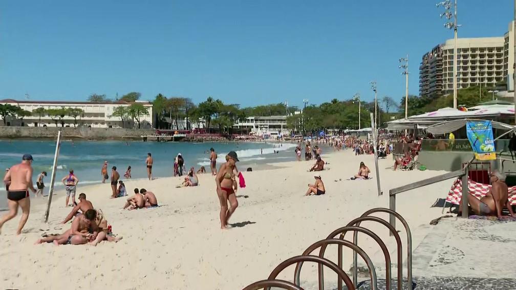 Copacabana com movimentação na praia neste domingo (2) — Foto: Reprodução/TV Globo
