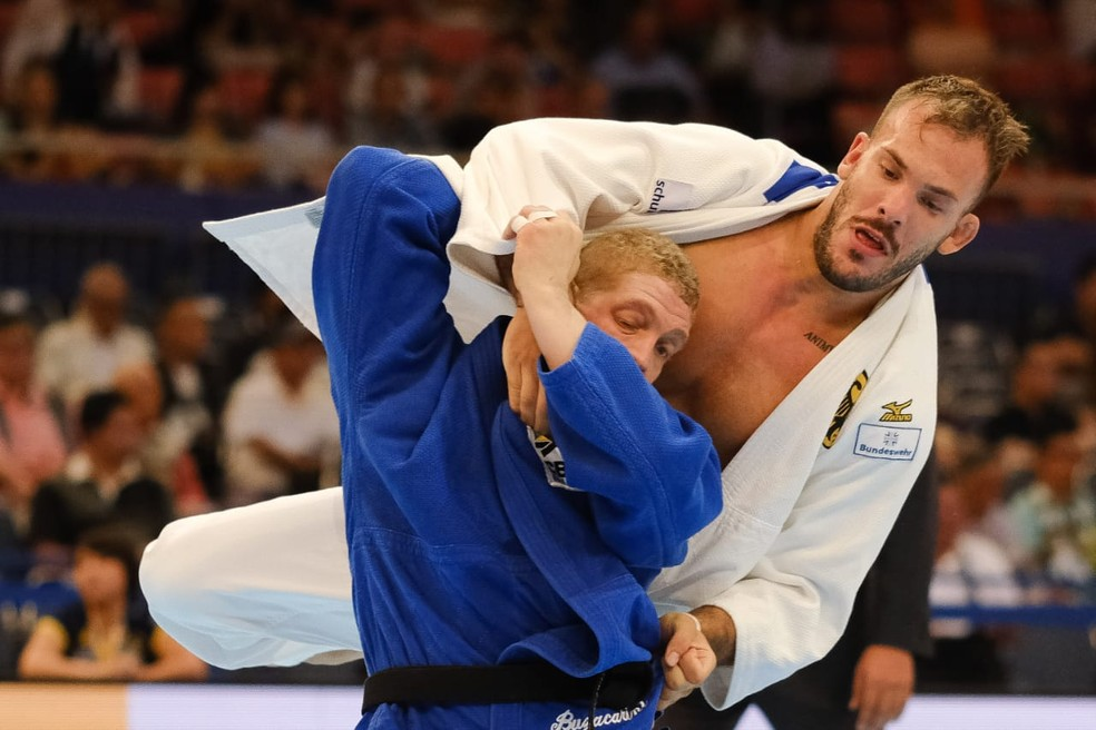 Rafael Buzacarini na luta contra o alemão no Mundial de Judô — Foto: Roberto Castro / rededoesporte.gov.br