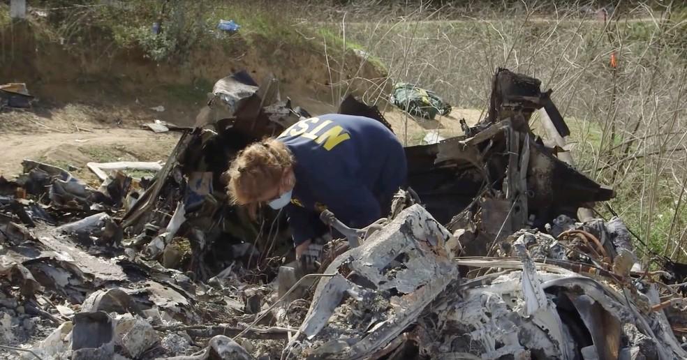 Peritos investigam destroços do avião que matou Kobe Bryant — Foto: NTSB/Handout via REUTERS