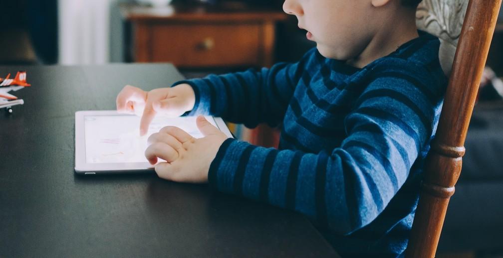 Muito tempo gasto com jogos, tablets, smartphones e televisão pode causar ansiedade e depressão em crianças e adolescentes — Foto: Pixabay