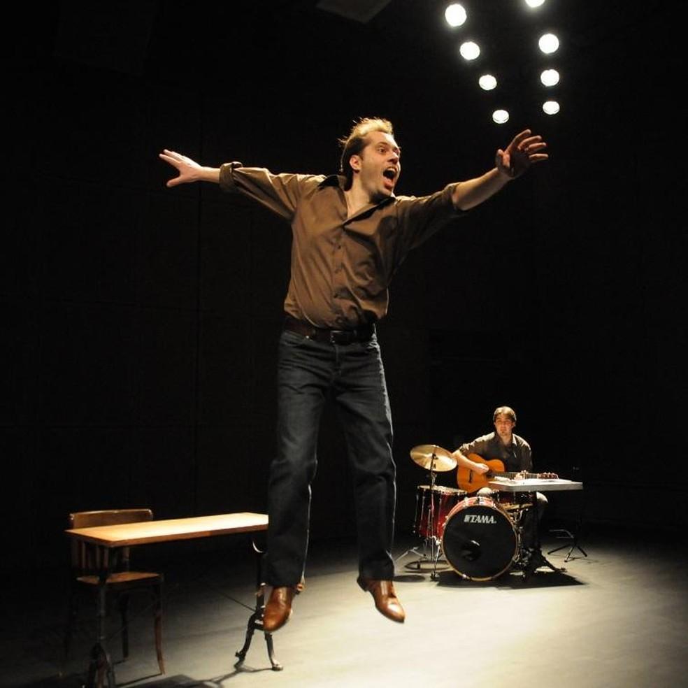 """Cena do espetáculo """"Louis Aragon, je me souviens"""" (Louis Aragon, eu me lembro), produzido pelo Théâtre National Populaire de Villeurbanne, da França. — Foto: Théâtre National Populaire de Villeurbanne/Divulgação"""