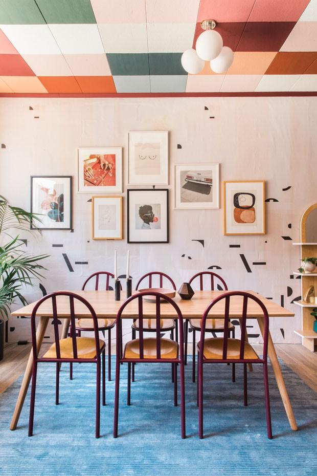 Décor do dia: sala de jantar com teto quadriculado colorido (Foto: Echo and Earl)