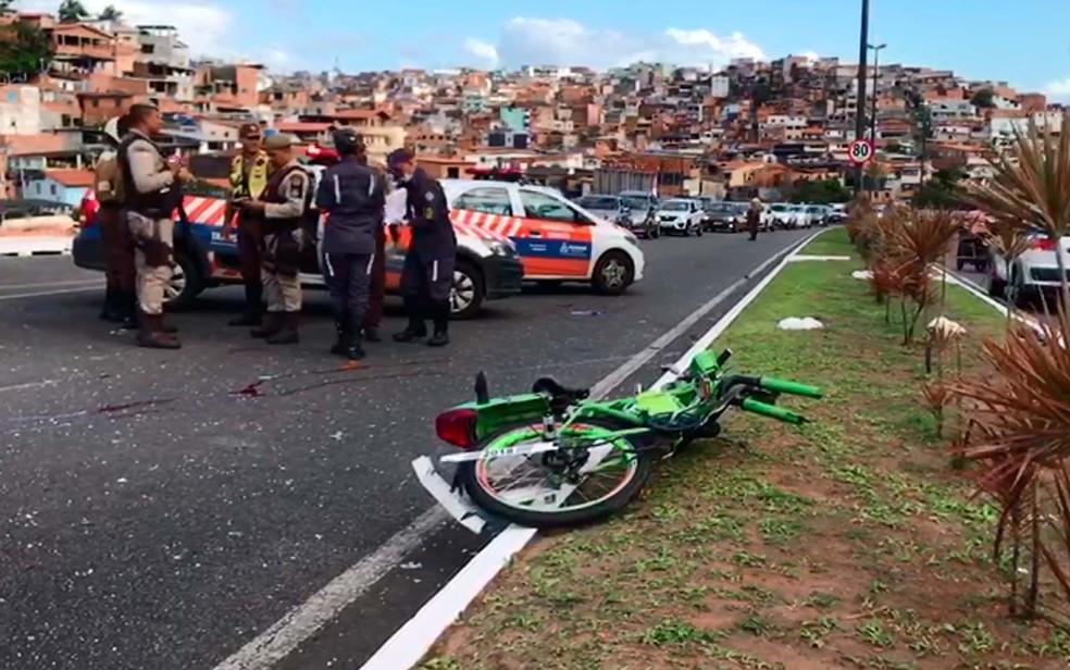 Ciclista morreu após acidente na Avenida Luís Eduardo Magalhães, na manhã desta terça-feira (Foto: Camila Oliveira/TV Bahia)