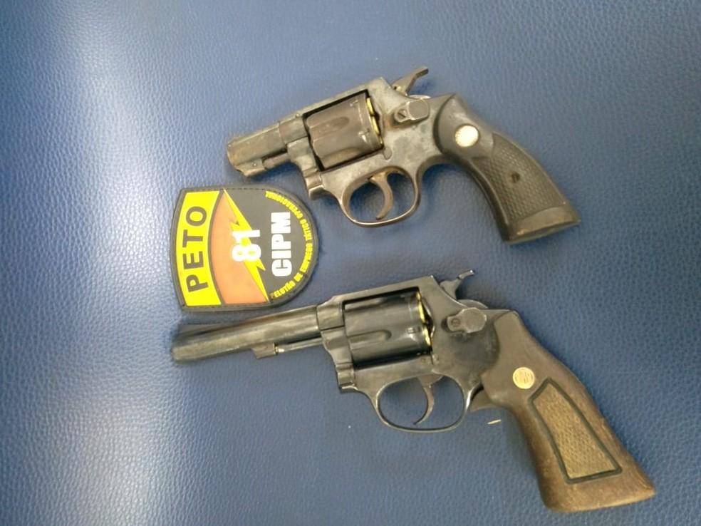 Armas foram apreendidas com os suspeitos durante a ação — Foto: Divulgação/SSP