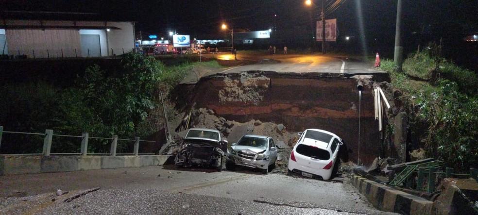 Carros ficam danificados após ponte ceder em Brusque em abril — Foto: Prefeitura de Brusque/Divulgação
