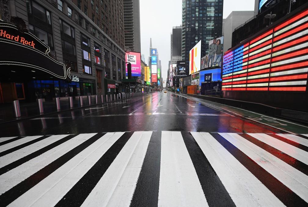 NOVA YORK (EUA) - Uma Times Square quase vazia é vista nesta segunda (23) em Nova York, nos EUA. O governador Andrew Cuomo ordenou que a maioria dos nova-iorquinos ficasse em casa para diminuir a pandemia de coronavírus — Foto:   Angela Weiss/AFP