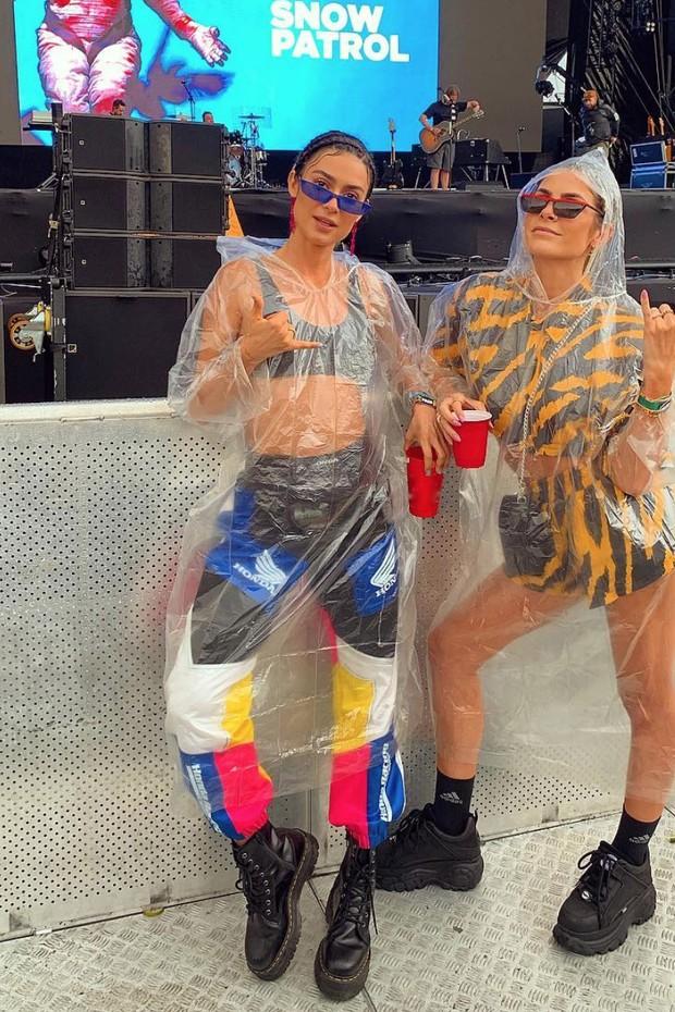 Thaila Ayala e Julia Faria usam capa de chuva (Foto: Reprodução/Instagram)