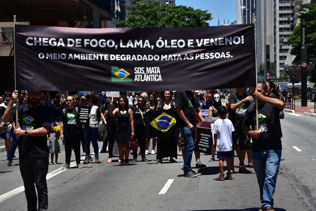Grupo realiza o ato Finados Ambiental na Avenida Paulista, em São Paulo, em defesa do meio ambiente, neste sábado (02) — Foto: Roberto Casimiro/FotoArena via Estadão Conteúdo