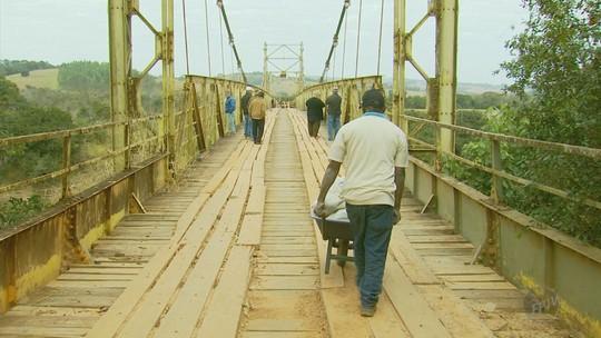 Produtores usam carrinhos de mão para transportar produtos após queda de ponte em MG
