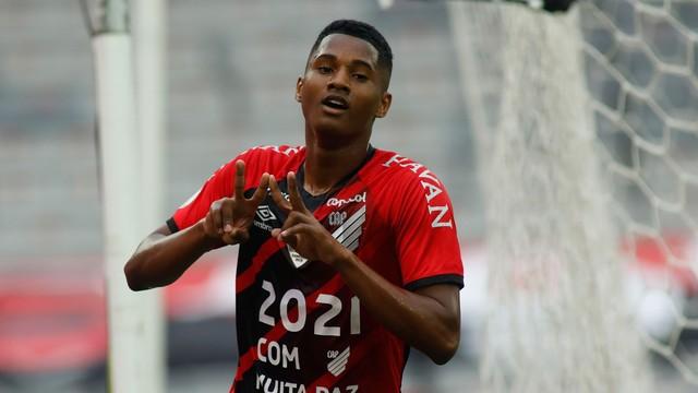 Abner, do Athletico, comemora gol contra o Flamengo