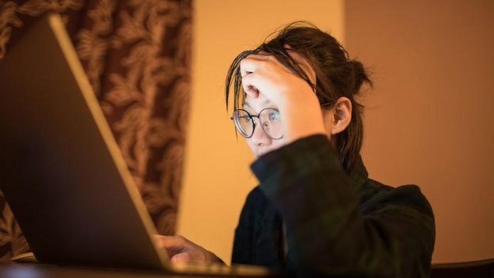 Médicos recomendam evitar telas durante a noite - luz artificial dificulta pegar no sono — Foto: Getty Images via BBC
