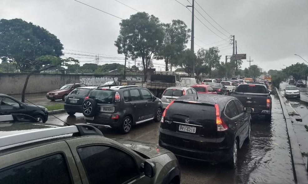 Trânsito para quem quer ir para o interior e precisa seguir pela Avenida Abdias de Carvalho, no Recife, para pegar a BR-232 é complicado (Foto: Bruno Grubertt/TV Globo)