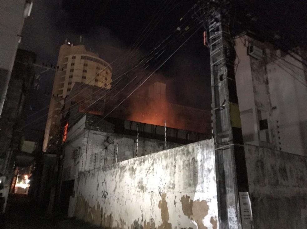 Incêndio atingiu depósito em Natal — Foto: Geraldo Jerônimo/Inter TV Cabugi