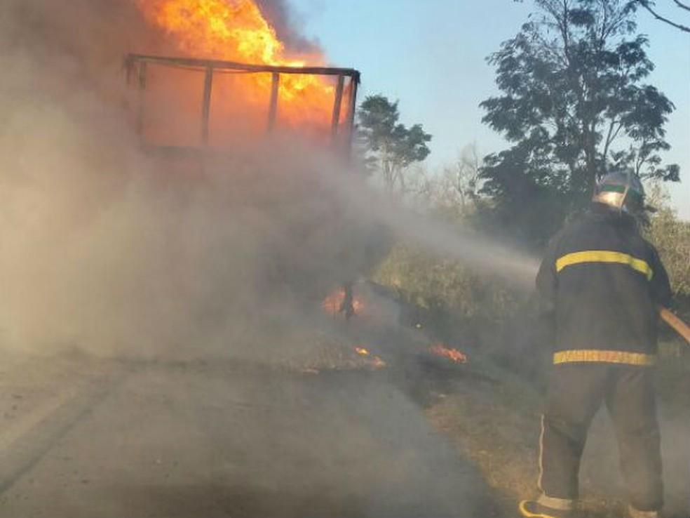 Caminhão carregado com dinamite pega fogo na PR-092 (Foto: Divulgação/Bombeiros )