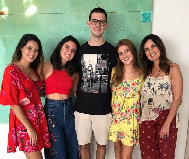 Fátima Bernardes com os filhos e a nora (Foto: Reprodução/Instagram)