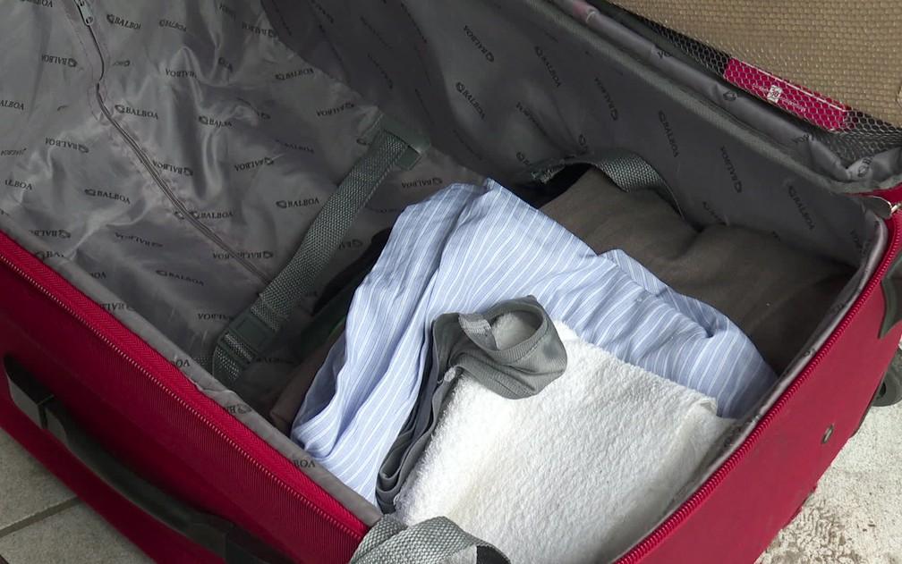 Na mala que carrega pelo Grande Recife, Seu Zeca guarda roupas e documentos — Foto: Reprodução/TV Globo