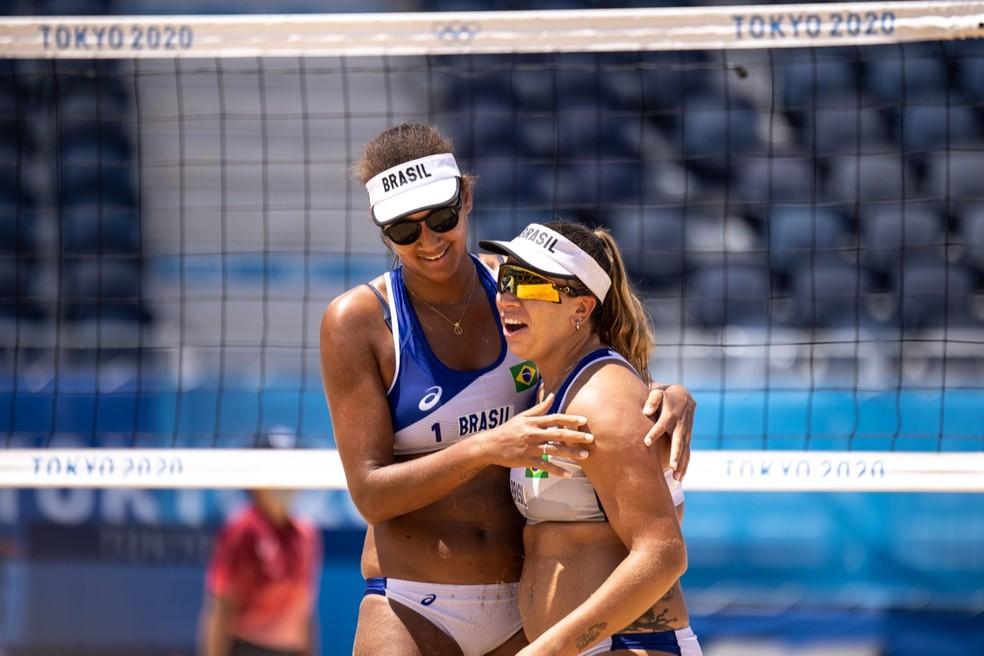 Rebecca e Ana Patrícia comemoram a vitória nas oitavas de final — Foto: Foto: Miriam Jeske/COB