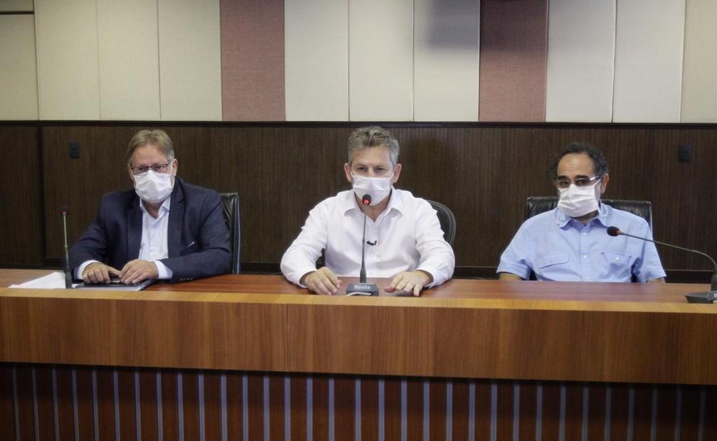 Mauro Mendes deu entrevista coletiva junto com o secretário de Saúde e um infectologista — Foto: Secom-MT/Assessoria
