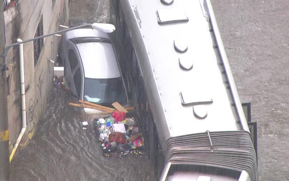 Carro e ônibus ilhados por conta da chuva na Zona Leste  — Foto: Reprodução/TV Globo