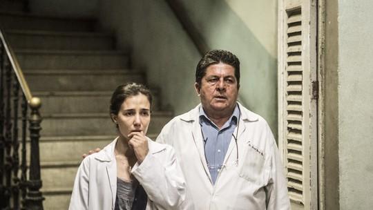Carolina comete erro no hospital e volta a se automutilar; reveja cena