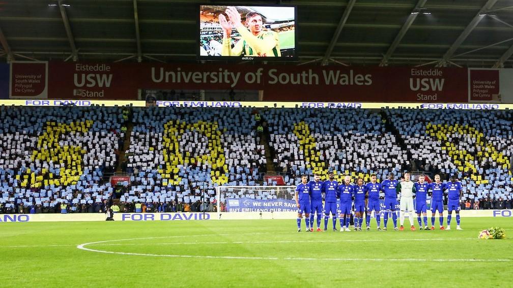 Torcedores do Cardiff City prestam homenagem a Emiliano Sala — Foto: Divulgação / Cardiff