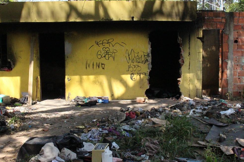 Terreno em Sorocaba virou ponto de uso de drogas (Foto: Carlos Dias/G1)