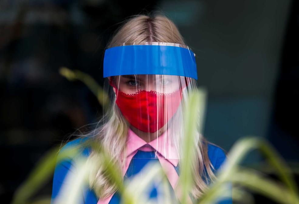 Um funcionário de restaurante usa máscara e protetor facial devido ao surto de doença por coronavírus (COVID-19) em Moscou, Rússia, 8 de julho de 2020.  — Foto: Maxim Shemetov/Reuters