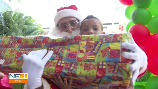 Crianças com câncer recebem presentes do Natal Solidário, no Recife