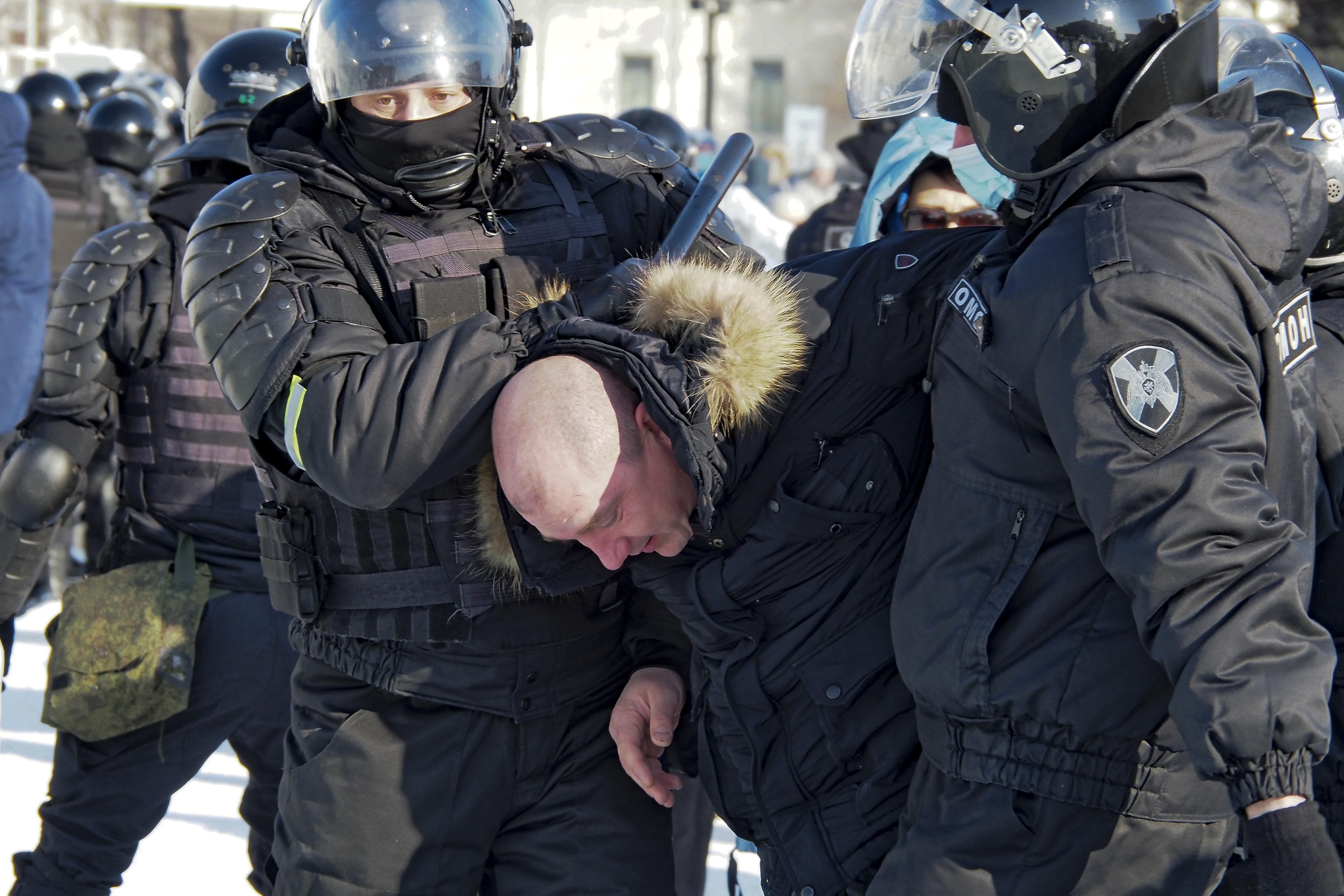 Apoiadores de Navalny, opositor de Putin, protestam na Rússia contra a sua prisão