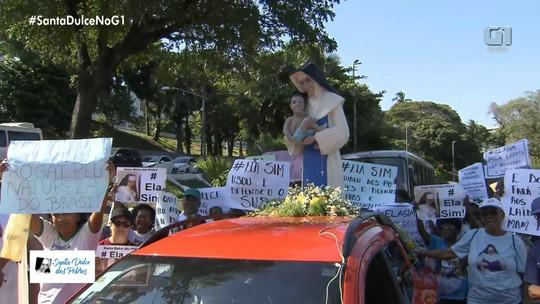 Com imagem de Santa Dulce, devotos fazem procissão do lado de fora da 1ª celebração em homenagem à freira em Salvador