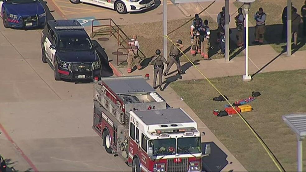 Policiais em frente a colégio americano após tiroteio no Texas — Foto: Reprodução/NBC
