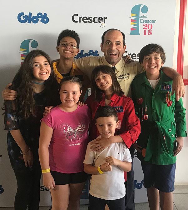 Luisa e Lucca com o elenco do D.P.A. no Festival Crescer 2018 (Foto: Fernando Nunes)