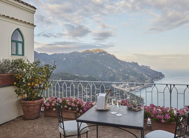 Grande parte dos quartos do hotel possui varanda exclusiva com diferentes vistas da Costa Amalfitana (Foto: Belmond Hotel/ Reprodução)